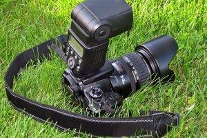 Фотоаппарат-на-траве_с-сайта-freeimages-1024x788